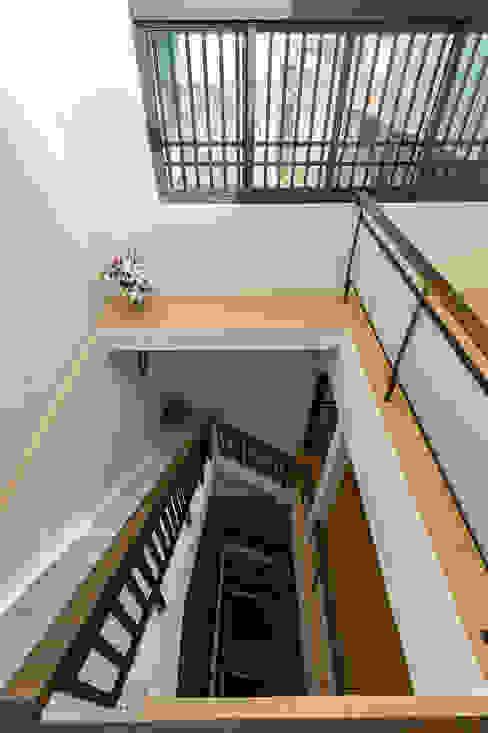 Scale in stile  di 瑞瑩室內裝修設計工程有限公司, Minimalista