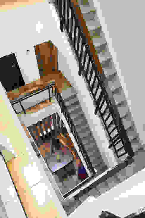 Stairs by 瑞瑩室內裝修設計工程有限公司,