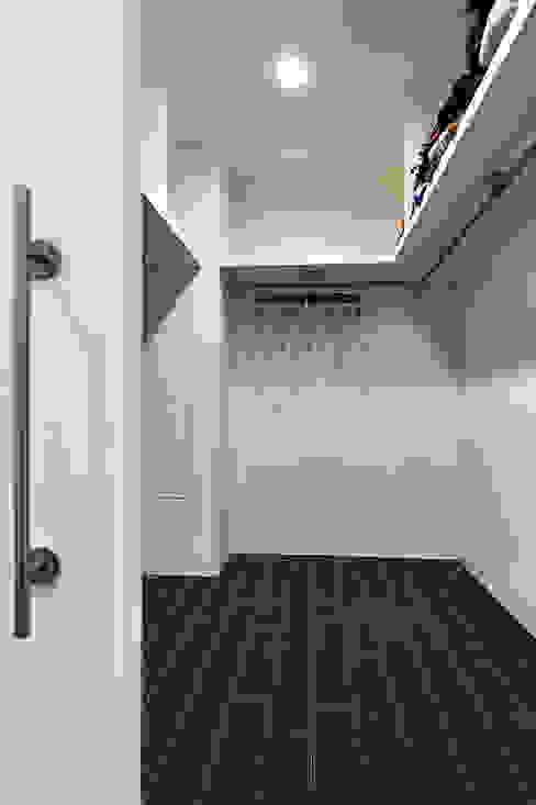 Spogliatoio in stile  di 瑞瑩室內裝修設計工程有限公司, Minimalista