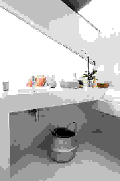 PORMENOR CASA DE BANHO SOTÃO ESTORIL: Casas de banho  por TGV Interiores