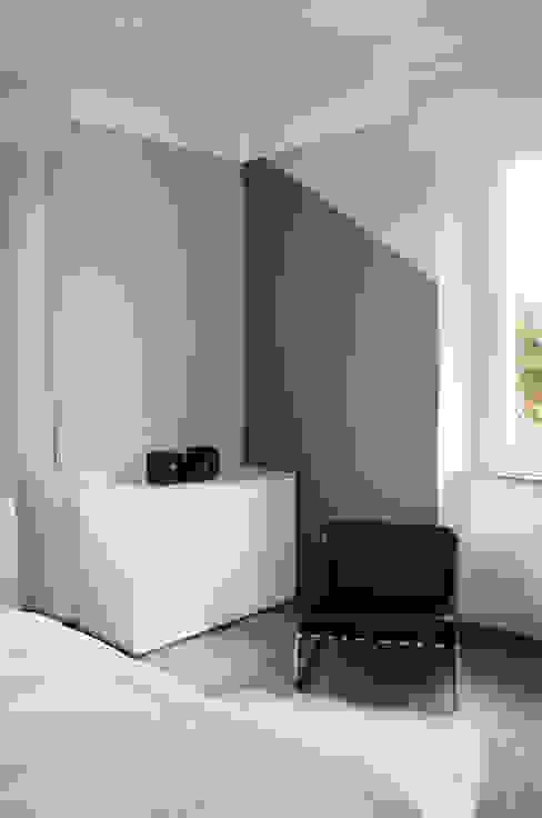 L'angolo opposto, più neutro Rifò Camera da letto moderna