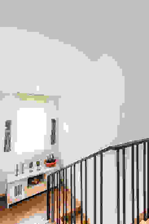 Sotileza: Escaleras de estilo  por ARCE S.A.S,
