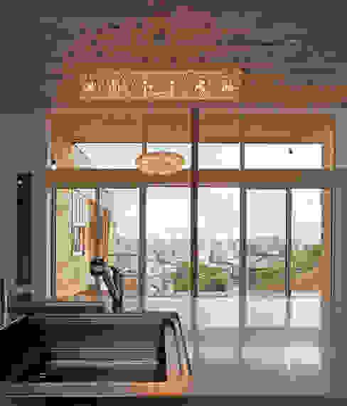 キッチンからの眺望 の MAアーキテクト一級建築士事務所 オリジナル 木 木目調
