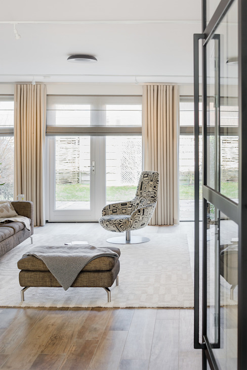 lichte woonkamer en raamdecoratie Moderne woonkamers van Stefania Rastellino interior design Modern