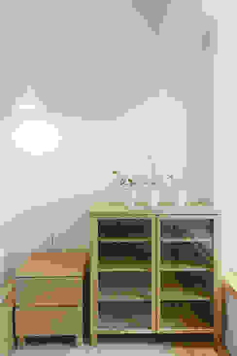 Pasillos, vestíbulos y escaleras de estilo minimalista de 文儀室內裝修設計有限公司 Minimalista