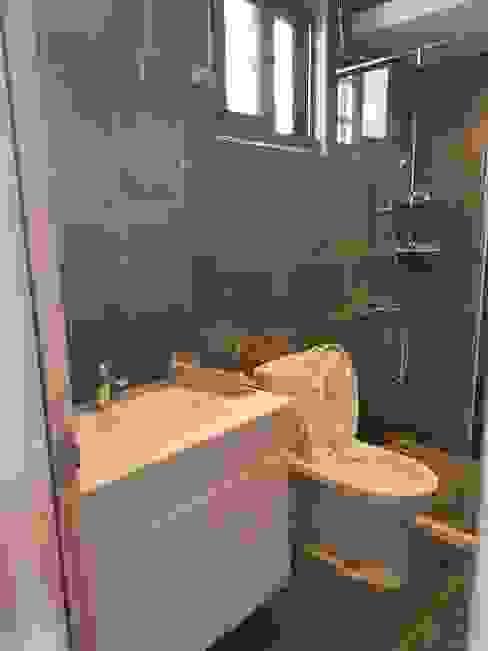 Phòng tắm phong cách Bắc Âu bởi 懷謙建設有限公司 Bắc Âu