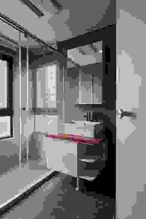 衛浴(實木板材質應用) 現代浴室設計點子、靈感&圖片 根據 趙玲室內設計 現代風