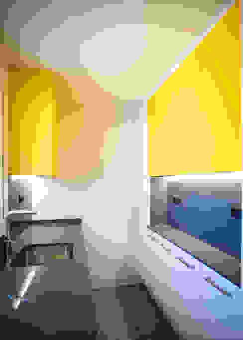 Cocina con almacenaje Grupo Inventia Cocinas equipadas Compuestos de madera y plástico Amarillo