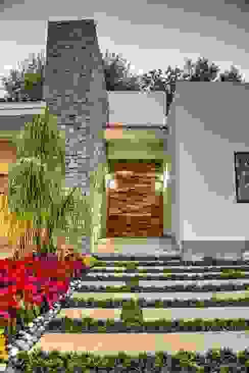 Puertas interiores de estilo  de Stuen Arquitectos