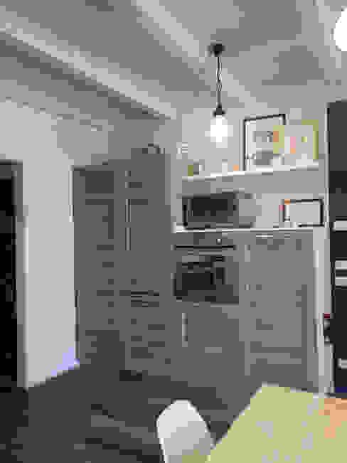 La parete contenitiva: Cucina attrezzata in stile  di Rifò