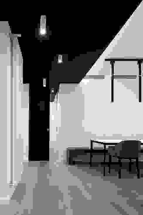 Pasillos, vestíbulos y escaleras de estilo moderno de homify Moderno Madera Acabado en madera