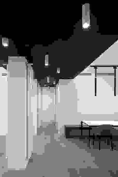 Pasillos, vestíbulos y escaleras de estilo moderno de Patrizia Burato Architetto Moderno Madera Acabado en madera