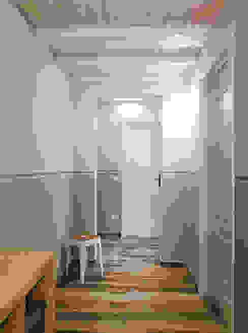 La palette colori classica ma non scontata: Ingresso & Corridoio in stile  di Rifò