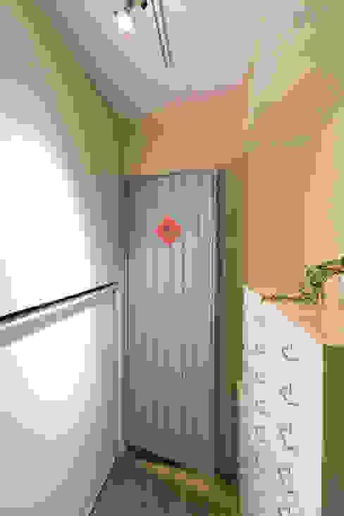 Modern style doors by 文儀室內裝修設計有限公司 Modern