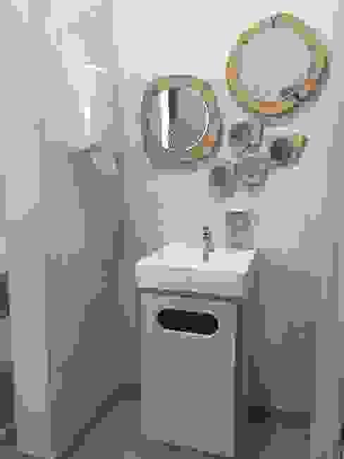 Espelhos e lavatório por Inês Florindo Lopes Moderno Compósito de madeira e plástico