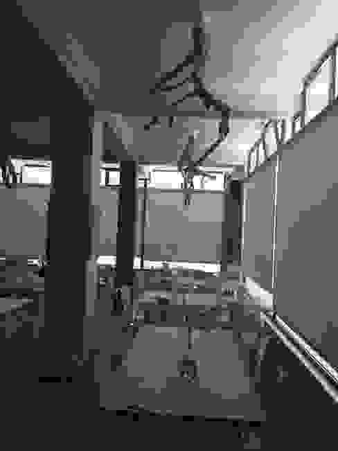 Iluminação em tronco de árvores por Inês Florindo Lopes Moderno Madeira Acabamento em madeira