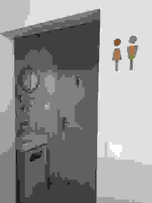 o WC Inês Florindo Lopes Casas de banho modernas Compósito de madeira e plástico Cinzento