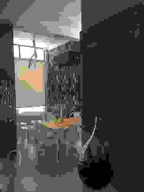 O ambiente Inês Florindo Lopes Salas de jantar modernas Madeira Cinzento