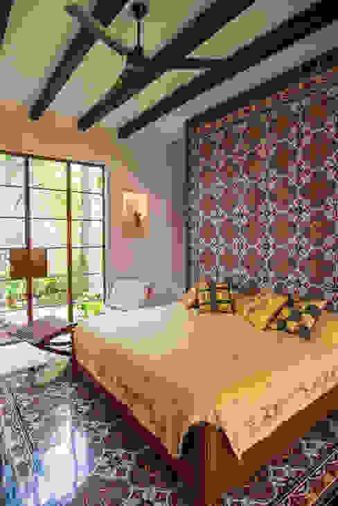 Casa tres dragones: Recámaras de estilo  por Taller Estilo Arquitectura, Colonial