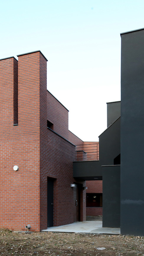 Single family home by 인문학적인집짓기, Modern Bricks