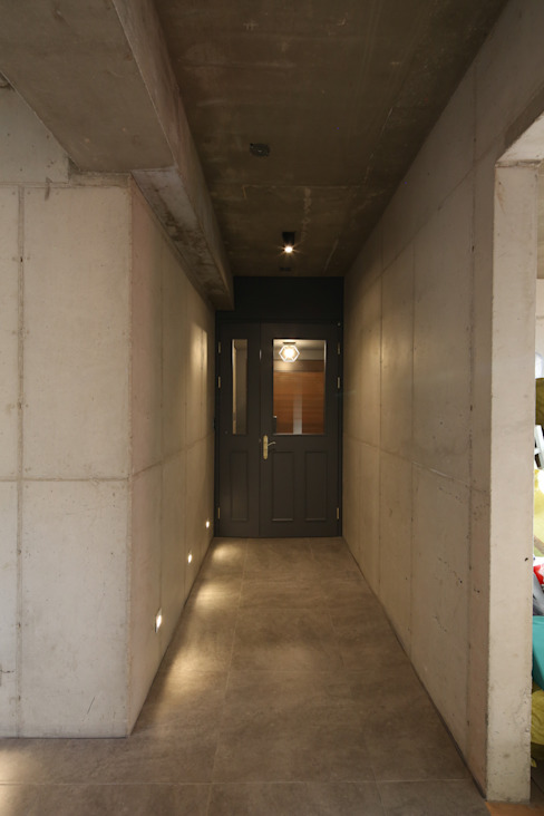 Modern Corridor, Hallway and Staircase by 인문학적인집짓기 Modern Concrete