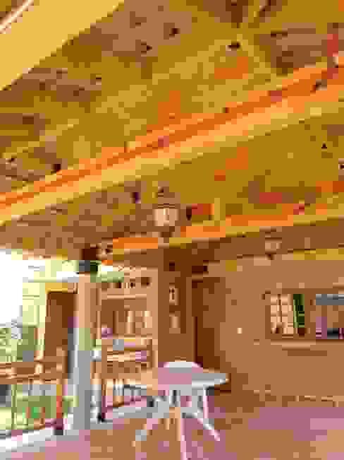 Tejado con estructura de madera QUIRSA arquitectos Balcones y terrazas rústicos