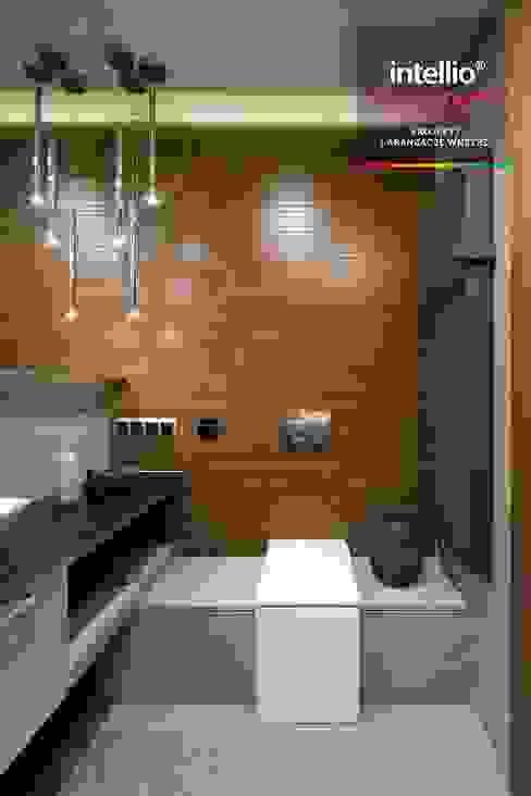 Wnętrza domu na Podhalu zaprojektowane przez Intellio designers Nowoczesna łazienka od Intellio designers Nowoczesny