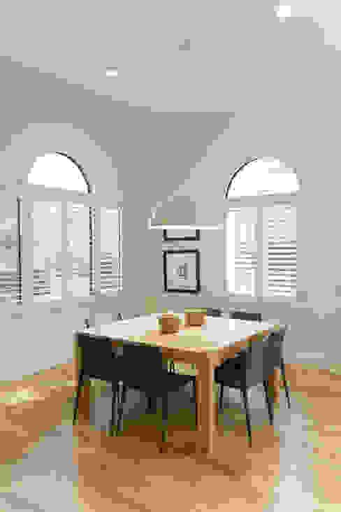 Столовая комната в классическом стиле от Estudio Mendoza Классический