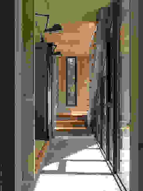 Hành lang, sảnh & cầu thang phong cách hiện đại bởi 形構設計 Morpho-Design Hiện đại