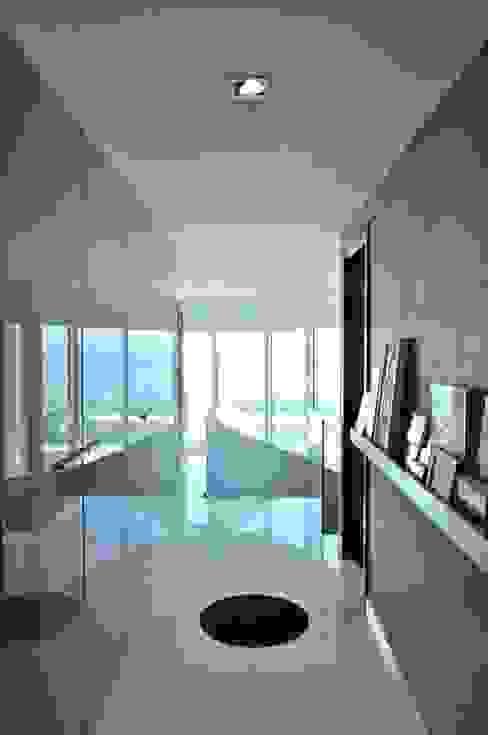 Apartamento na Torre de São Rafael , Parque das Nações Nuno Ladeiro, Arquitetura e Design Corredores, halls e escadas modernos Betão Cinzento