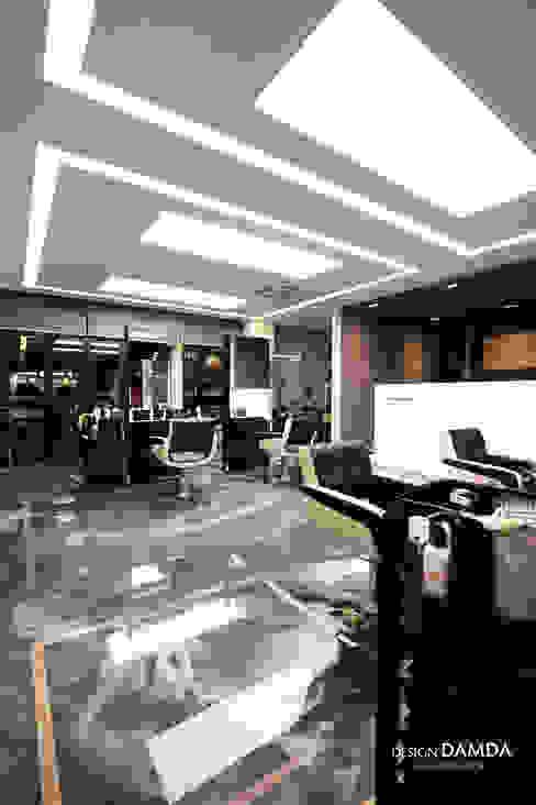 헤어샵 내부_: 디자인담다의  상업 공간