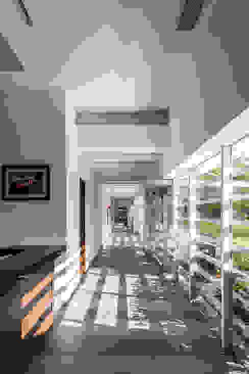 casa club de golf grand coral riviera maya Pasillos, vestíbulos y escaleras modernos de Daniel Cota Arquitectura   Despacho de arquitectos   Cancún Moderno Cerámico