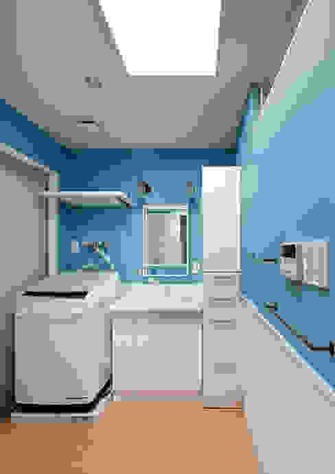 碧の家 〈renovation〉– 100年を紡ぐ物語 – 一級建築士事務所アトリエm 北欧スタイルの お風呂・バスルーム 青色