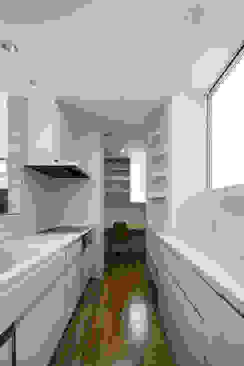 キッチンからパントリーを見る 松岡淳建築設計事務所 モダンな キッチン