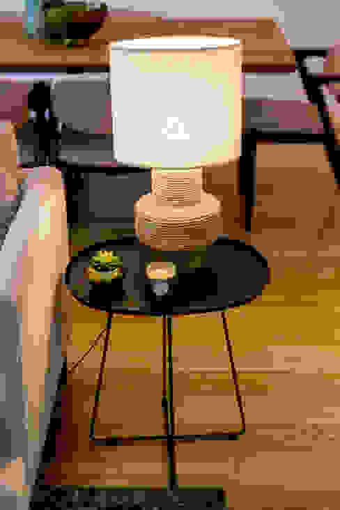 Mesa de apoio com candeeiro por Hoost - Home Staging Moderno