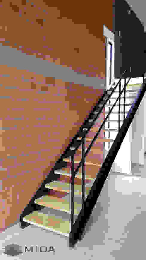 Casa Estudio La Campiña: Escaleras de estilo  por MIDA , Industrial Hierro/Acero