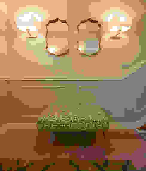 Decoración de entrada a vivienda con espejos y apliques de pared Sube Interiorismo Pasillos, vestíbulos y escaleras de estilo clásico Beige