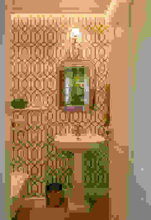 Diseño de coqueto cuarto de baño en blanco, verde y dorado Baños de estilo clásico de Sube Susaeta Interiorismo Clásico