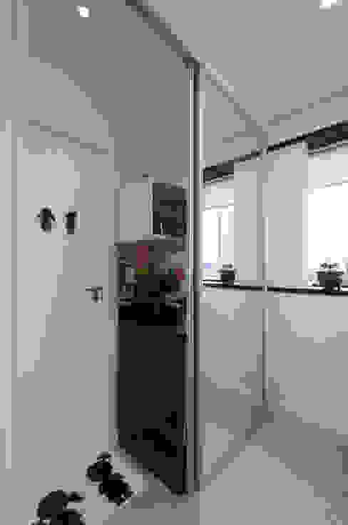 Acesso lavabo - Escritório de publicidade: Escritórios  por Bernal Projetos - Arquitetos em Salvador