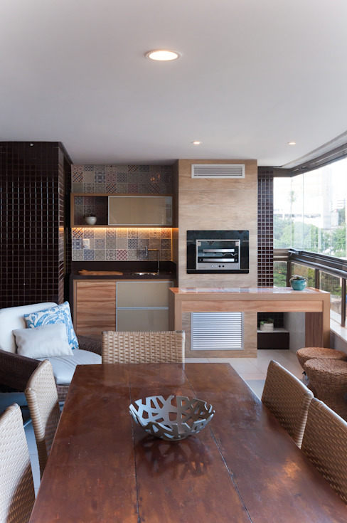 Eclectic style balcony, veranda & terrace by Bernal Projetos - Arquitetos em Salvador Eclectic