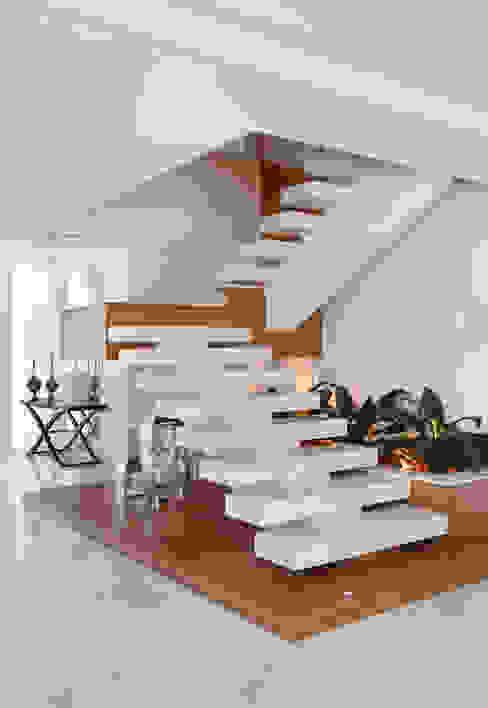 Casa Santa Mônica Jardins por Elaine Ramos Elaine Ramos | Arquitetos Associados Escadas
