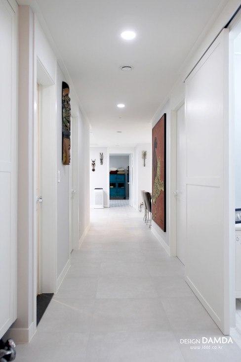 Couloir et hall d'entrée de style  par 디자인담다, Moderne