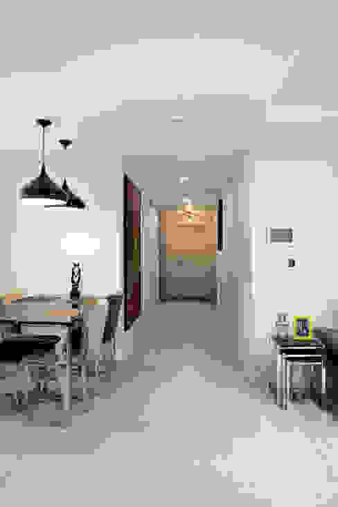 Couloir, entrée, escaliers modernes par 디자인담다 Moderne