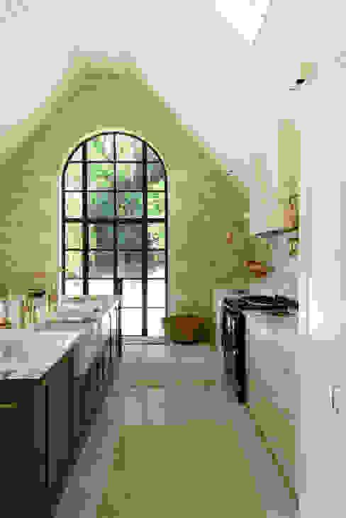 deVOL Kitchens Nhà bếp phong cách kinh điển Than củi Beige