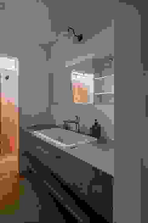 Phòng tắm phong cách mộc mạc bởi ALTS DESIGN OFFICE Mộc mạc