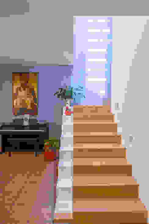 Escaleras de estilo  por homify, Minimalista