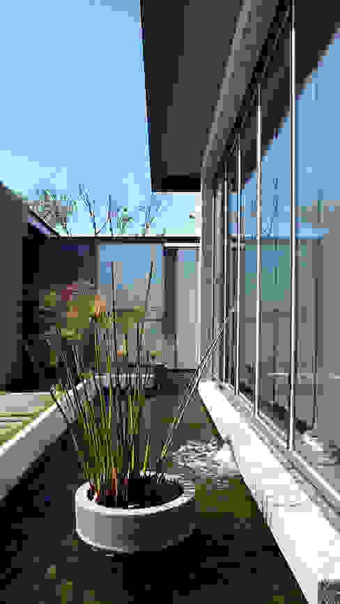 住宅入口與水景 Minimalist house by 黃耀德建築師事務所 Adermark Design Studio Minimalist