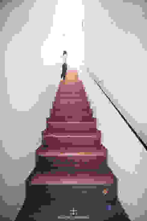 Escalera interior con pavimento de gres - madera Francisco Pomares Arquitecto / Architect Escaleras