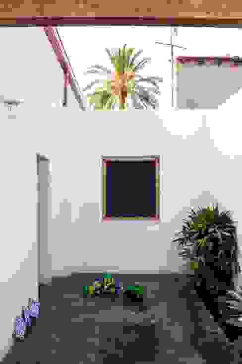 Patio andaluz en casa mediterránea Balcones y terrazas de estilo rural de Francisco Pomares Arquitecto / Architect Rural