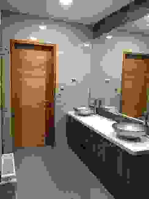 Phòng tắm theo Nomade Arquitectura y Construcción spa, Kinh điển gốm sứ